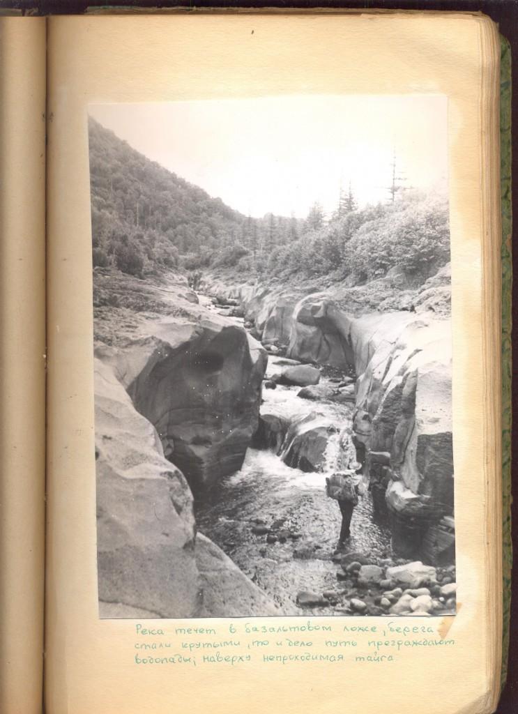 Река течет в базальтовом ложе, берега стали крутыми, то и дело путь преграждают водопады; наверху непроходимая тайга.