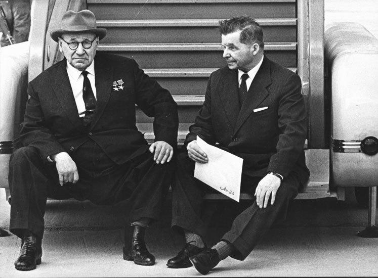 Советские авиаконструкторы А. Н. Туполев и С. В. Ильюшин