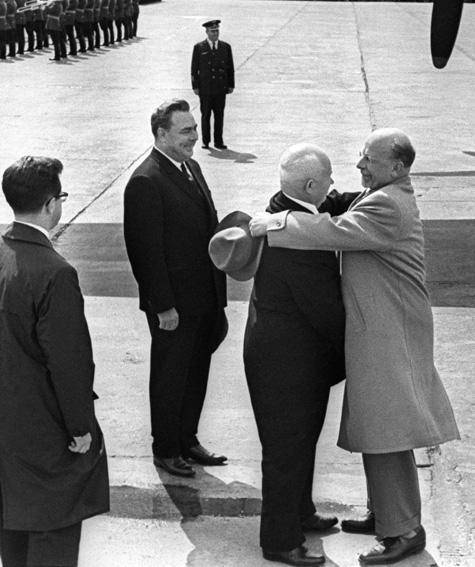 Братские объятья. Вальтер Ульбрихт, Никита Хрущев, Леонид Брежнев. Москва.1963